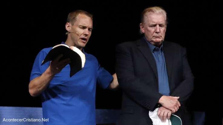 Pastor orando por Donald Trump