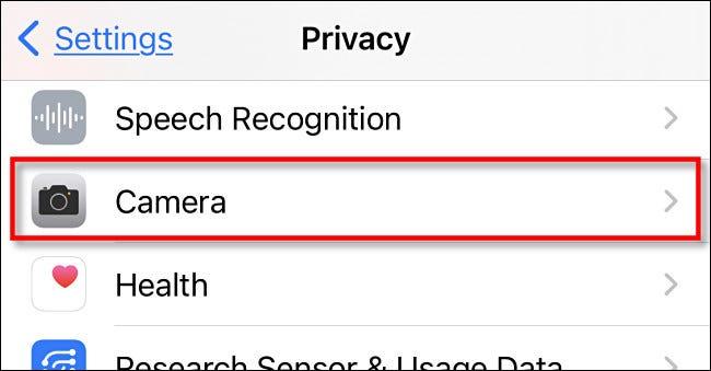 """في إعدادات خصوصية iPhone ، انقر على """"الكاميرا""""."""