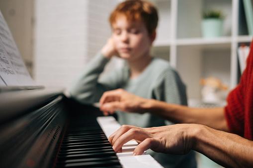 हारमोनियम कौन सा वाद्य है, पियानो बजाना