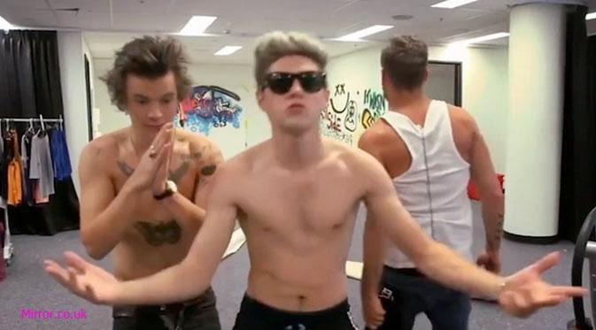 Liputan Gosip & Infotaimen: One Direction Lip-sync Sambil