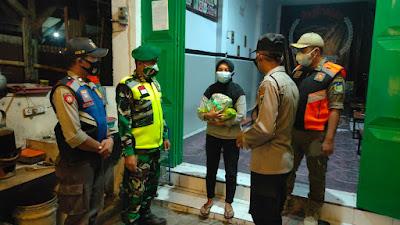 Polsek Ngasem Polres Kediri Salurkan Bansos Sembako ke Warga di Tengah Penerapan PPKM Level 3