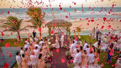 saída dos noivos, casamento, noivos, noiva, noivo, cerimônia, saída, chuva, pétala, pétalas, flor, flores