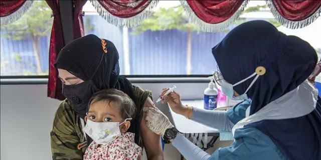 Health workers give people a COVID-19 vaccine in Selongor, Malaysia. Photo: THX