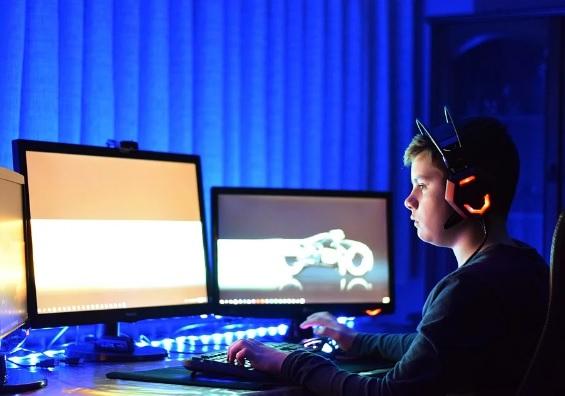 """إدمان ألعاب الفيديو هو مرض حقيقي تم تمييزه من قبل منظمة الصحة العالمية، إلا أن ذلك لا يعد مبرراً للقانون المجحف بحق لاعبي الفيديو الصينيين المحليين. وفقاً للإعلان الرسمي، فإن القانون الجديد المتعلق بألعاب الفيديو الجماعية يفرض حظراً على الألعاب ما بين الساعة 10 مساءاً وحتى 8 صباحاً، وذلك لمن هم دون سن الثامنة عشر.    فرضت الصين حظراً للتجول للحد من الوقت الذي يقضيه الأطفال في لعب الألعاب عبر الإنترنت ، في الجزء الأخير من حملة الحكومة على إدمان ألعاب الشباب.    أن الأشخاص الذين تقل أعمارهم عن 18 عامًا لا يمكنهم ممارسة الألعاب عبر الإنترنت بين الساعة 10 مساءً وحتى الساعة 8 صباحًا ، ولمدة تسعين دقيقة فقط في كل مرة خلال النهار.    بالإضافة إلى ذلك ، ستقلل الإرشادات مبلغ الأموال التي يمكن للقاصرين إنفاقها على اللعب عبر الإنترنت إلى 200 يوان (28 دولارًا) شهريًا ، وترتفع إلى 400 يوان صيني لمن تتراوح أعمارهم بين 16 و 18 عامًا.    ستتطلب القواعد الجديدة أيضًا من جميع اللاعبين استخدام تسجيل بالاسم الحقيقي وتفاصيل مثل حساب WeChat أو رقم الهاتف أو رقم الهوية للتسجيل.    في البيان الذي نُشر يوم الثلاثاء ، تدعو الحكومة أيضًا منتجي الألعاب إلى """"تعديل محتوى اللعبة أو وظائفها أو قواعدها"""" لتجنب التسبب في إدمان اللاعبين الشباب.    تعد الصين أكبر سوق لألعاب الفيديو في العالم ، لكن الحكومة تشدد هذه الصناعة وسط مخاوف بشأن الصحة ، وتفاقم بُعْد البصر عند الأطفال والإدمان على الإنترنت."""