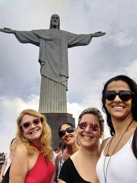 Eu, Regina, Daniela e Julia no Cristo Redentor. Fomos conhecer o novo trem do Crocovado