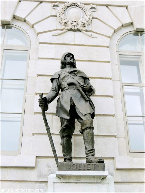 Estatua de Louis Joliet en la Fachada del Parlamento de Quebec