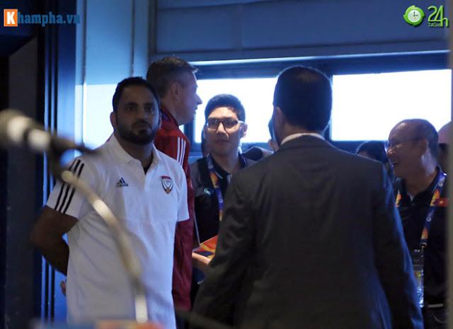 Thầy Park thân mật với HLV của UAE trước đại chiến ở giải U23 châu Á 4