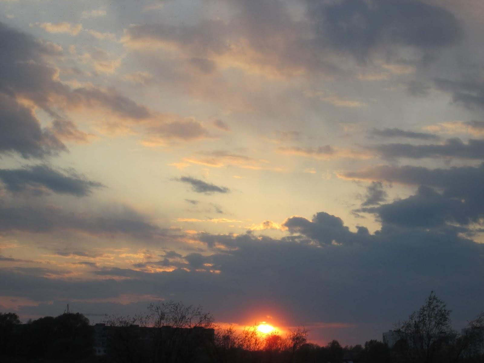 Закат красного солнца над рекой