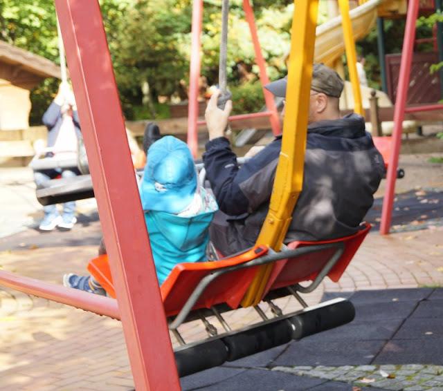 Die Tolk-Schau: Ein spannender Familien-Freizeitpark für Groß und Klein. Eltern und Kinder können gemeinsam schaukeln.