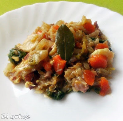 Bigos z młodej kapusty (z mięsem, warzywami i jarmużem)