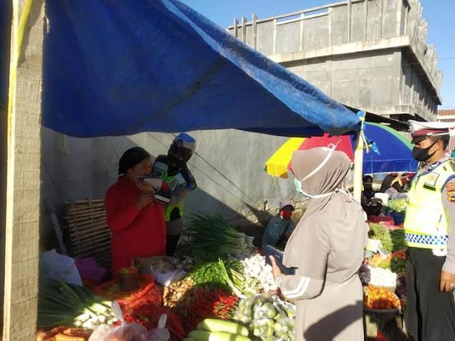 Hari Kesembilan Ops Patuh, Satlantas Polres Jeneponto Bagi-bagi Masker di Pasar