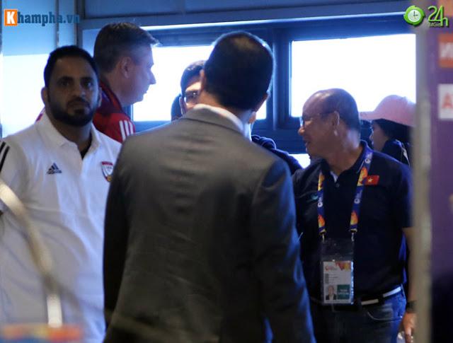 Thầy Park thân mật với HLV của UAE trước đại chiến ở giải U23 châu Á 3