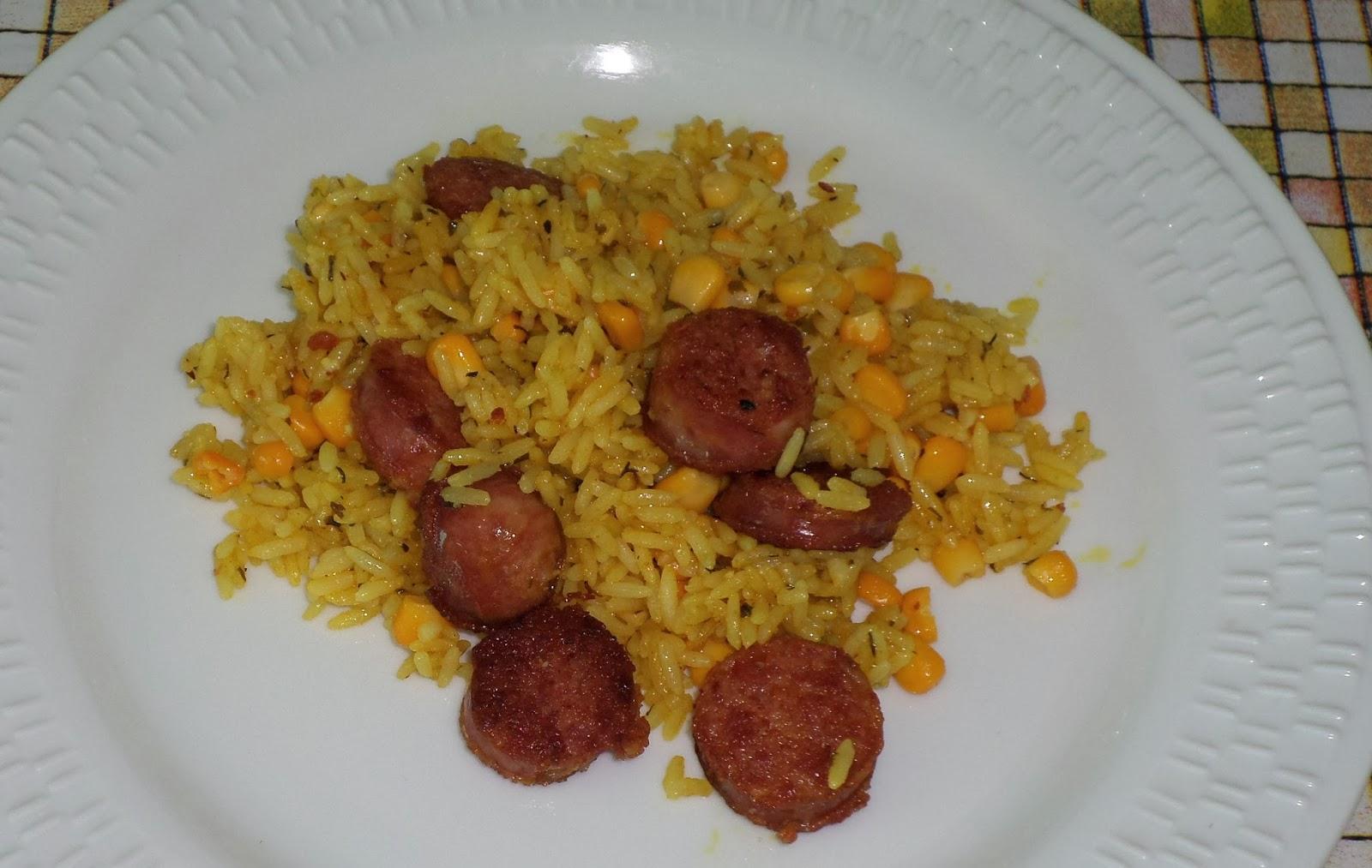 receita de arroz frito com colorau, cúrcuma, pimenta, calabresa e milho