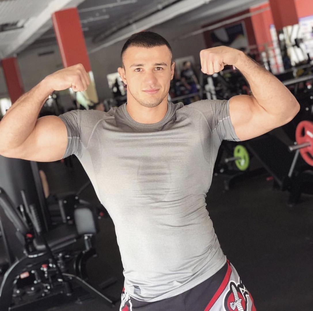 hot-russian-guys-small-head-big-biceps-flex