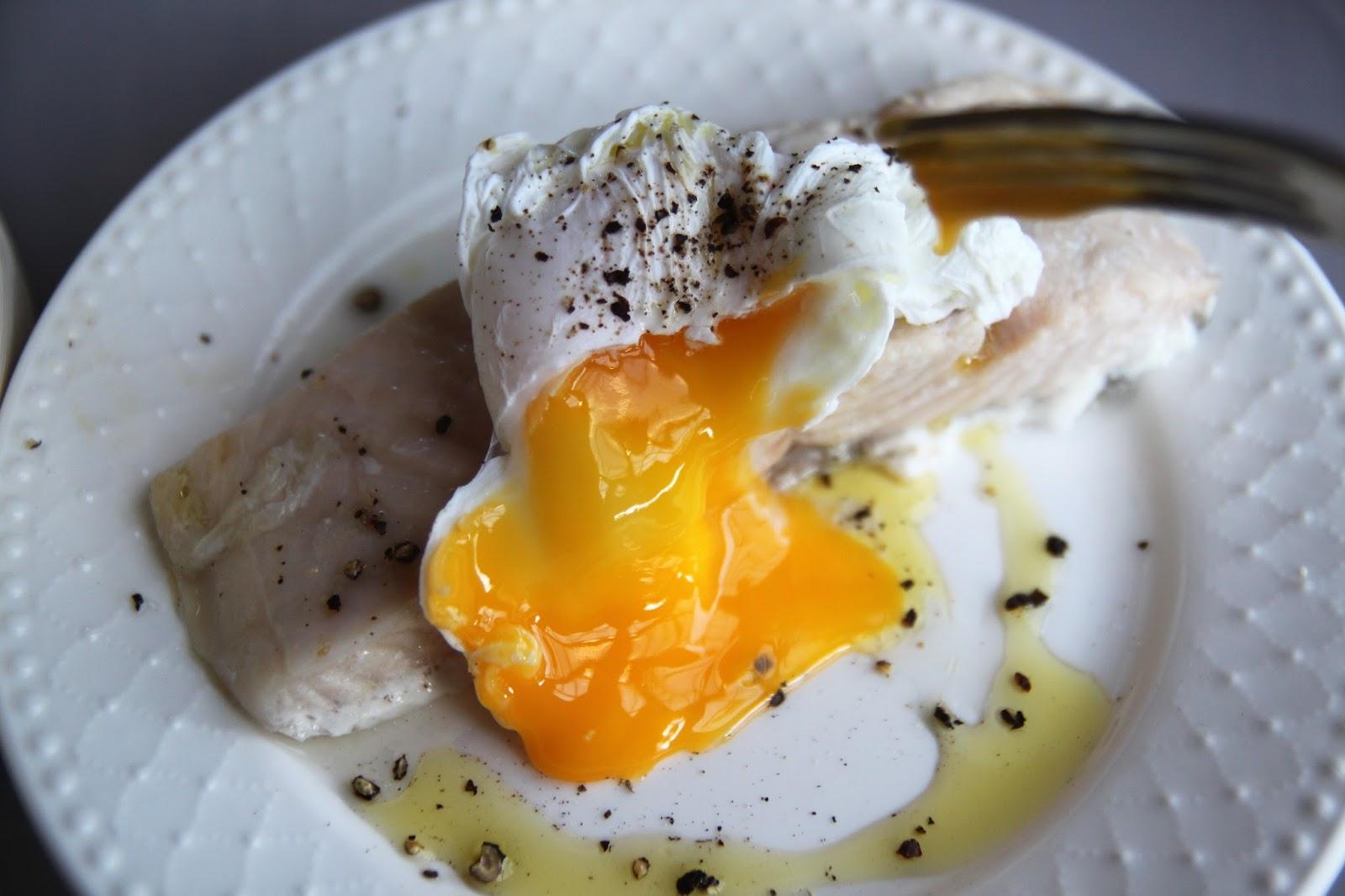 Łosoś na parze z jajkiem po benedyktyńsku