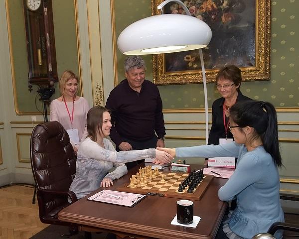 Mariya Muzychuk et Hou Yifan au championnat du monde féminin d'échecs - Photo © Vitaliy Hrabar