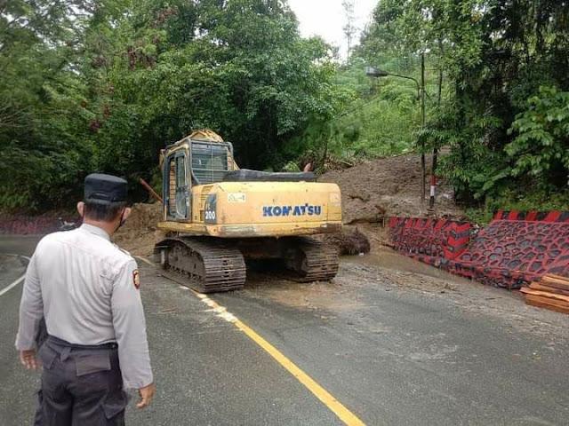 Polisi Bersinergi Dengan Instansi Terkait Bersihkan Longsoran Tanah di Skyland