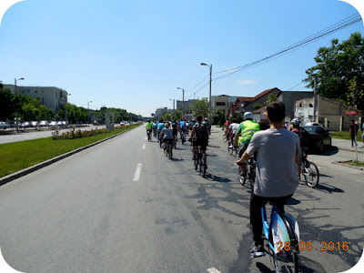 coloana lunga de biciclisti