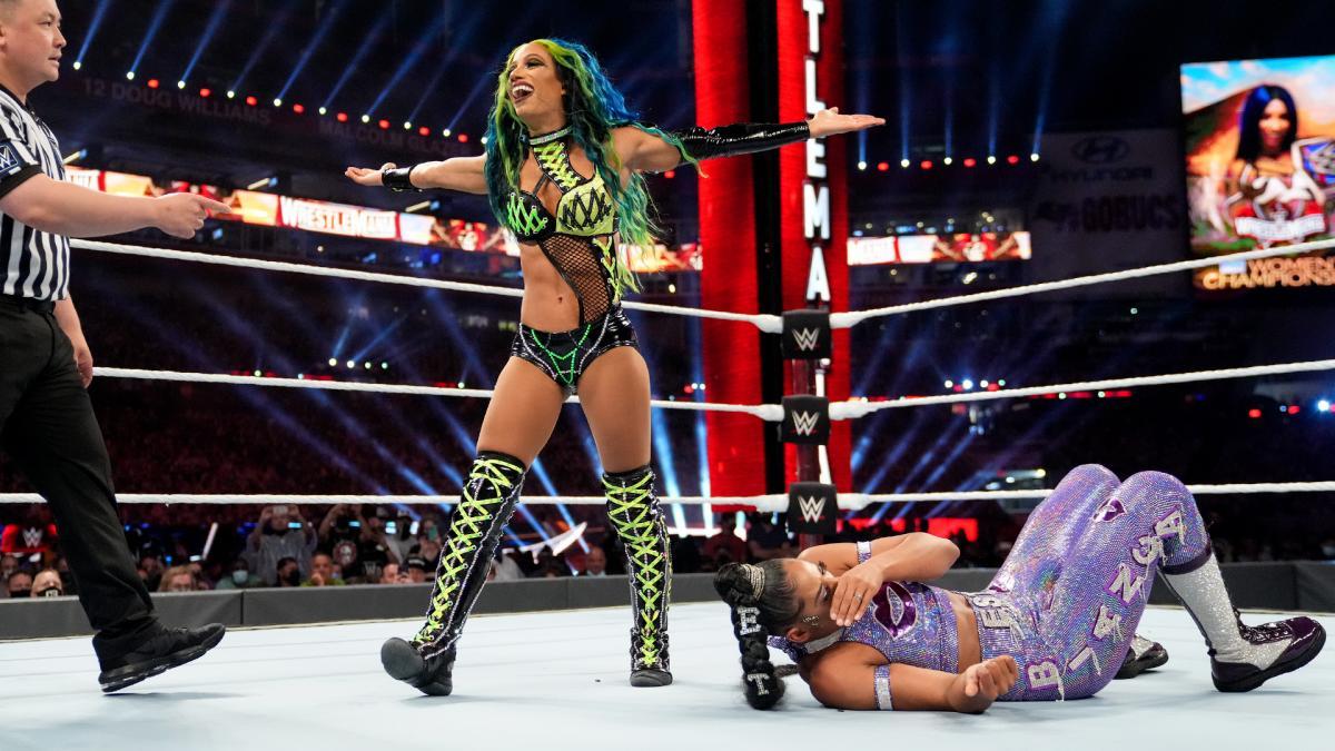 Sasha Banks destrói Becky Lynch e Bianca Belair em seu retorno no WWE Extreme Rules