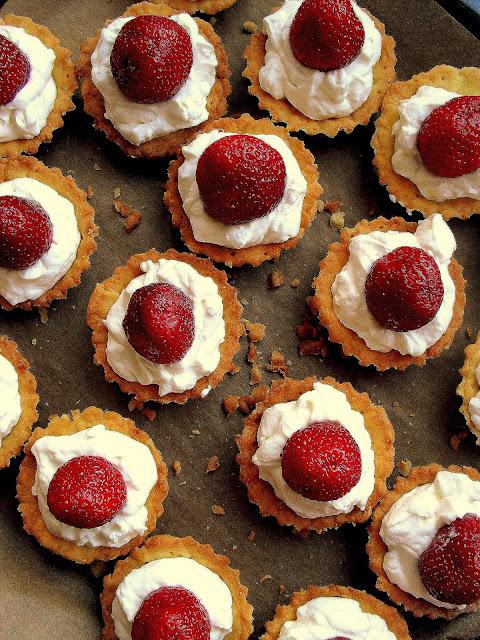 Kruche babeczki z mascarpone i truskawkami/ Strawberry mini tarts
