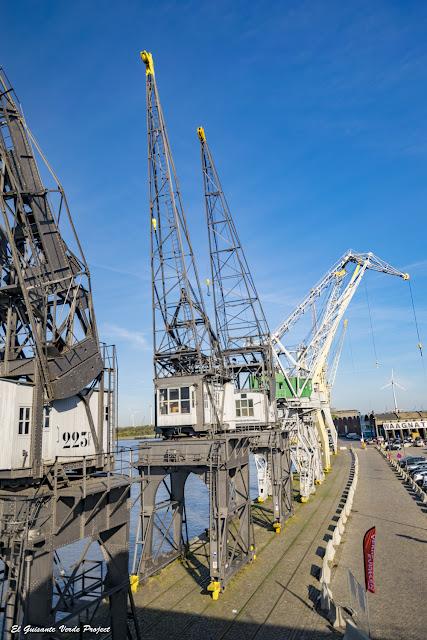 Gruas en el puerto de Amberes, por El Guisante Verde Project
