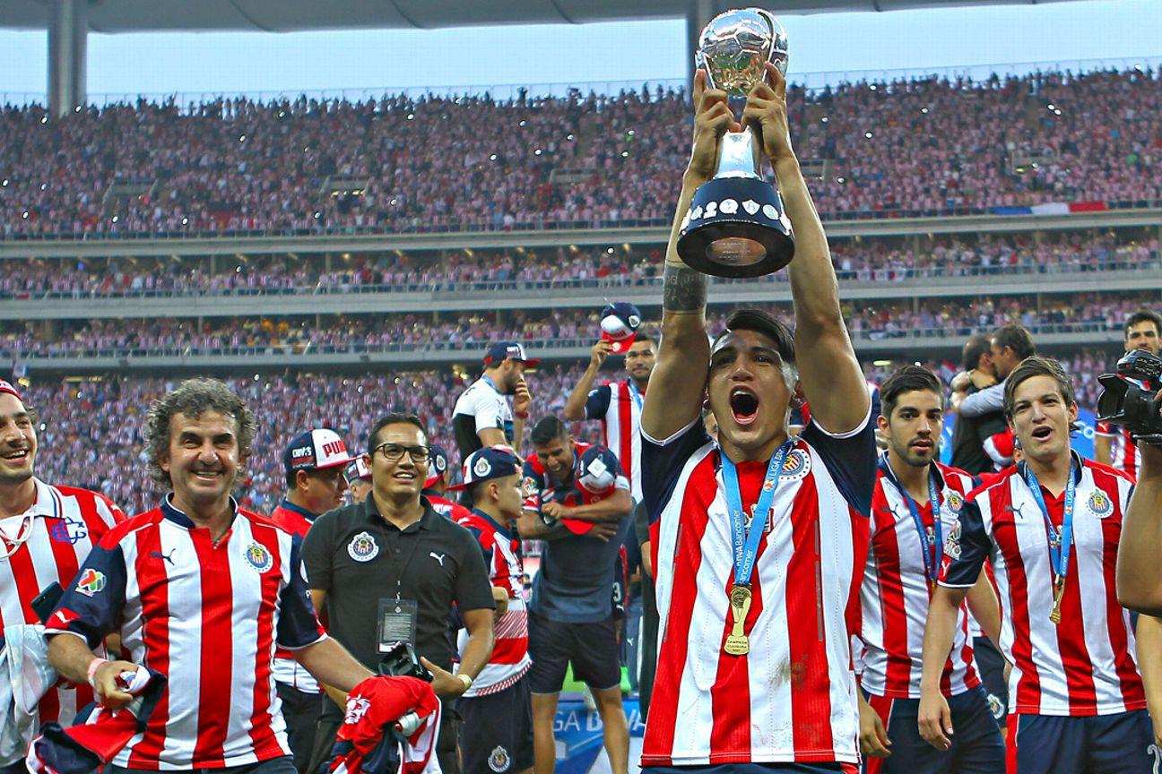 Alan Pulido levanta la Copa.