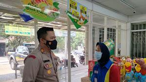 AKP Sungkowo, Kapolsek Baleendah Polresta Bandung di Indomart Ingatkan Prokes