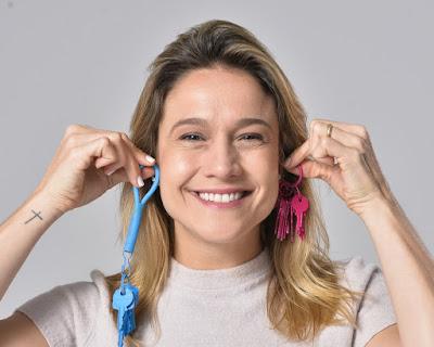 Fernanda Gentil brinca com chaves na mensagem de fim de ano da Globo — Foto: Fábio Rocha/ TV Globo