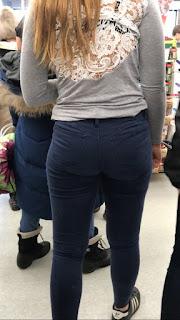Linda pelirroja usando pantalones apretados marca tanga