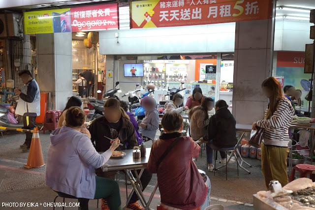 MG 0878 - 中華夜市臭豆腐蚵仔煎,還沒開攤就有客人在守候!營業至凌晨3點夜貓子最愛
