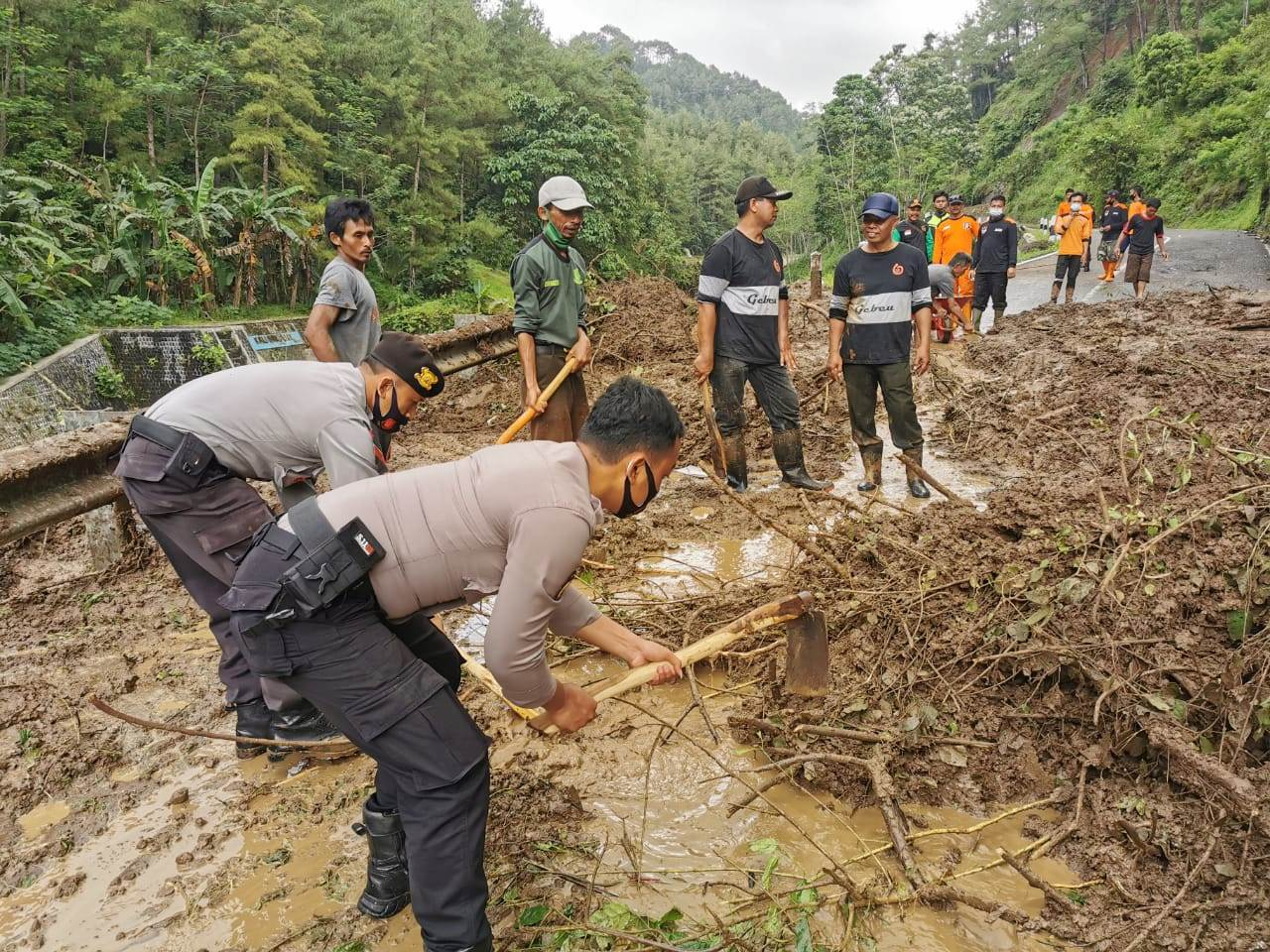 Gunakan Cangkul dan Sekop, Polres Kebumen Bantu Evakuasi Longsor Sempor