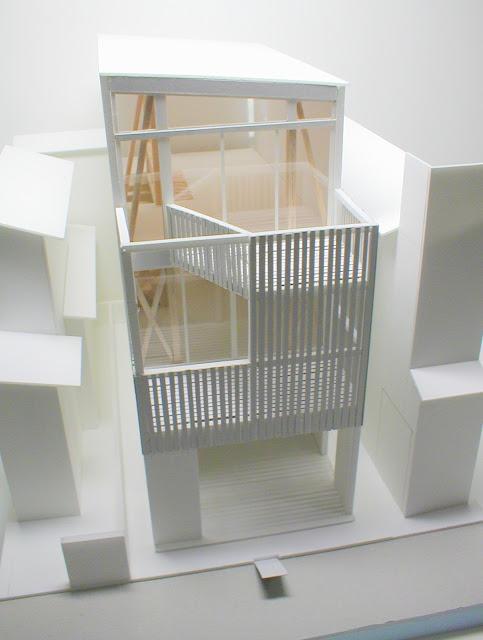 木製スクリーンとバルコニーのある三階建て狭小都市型住宅 外観模型