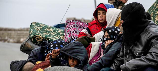 Una familia huyendo de la violencia en la ciudad de Idlib, en Siria.OCHA/HFO
