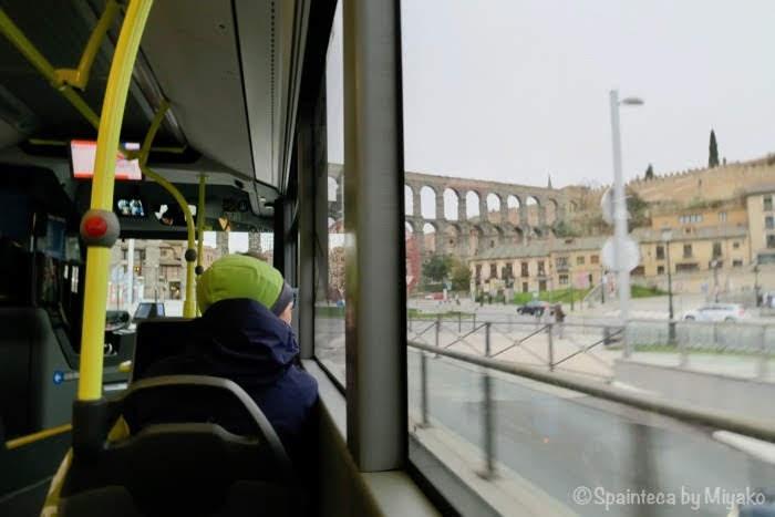 セゴビアのローマ水道橋に向かうバス
