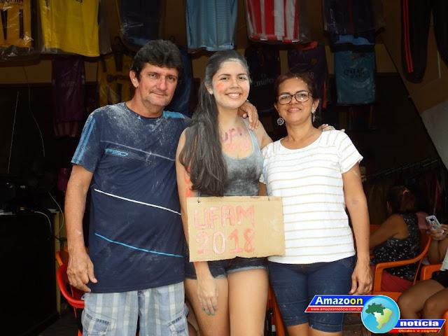 Família comemora aprovação da filha no vestibular da Universidade Federal do Amazonas-UFAM