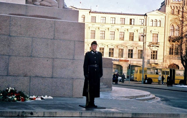 2000-е года. Рига. Караул возле монумента Свободы