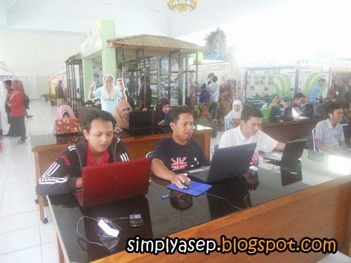 Momen saat Penulis (tengah) ketika bertanding dalam lomba Desain Blog Pemkab Kubu Raya Tahun 2012 kemarin.  Foto Asep Haryono