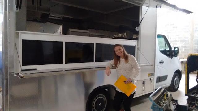 Após conhecer melhor os modelos de food truck disponíveis, começamos a criação do layout interno, que foi um verdadeiro quebra cabeça, pois o espaço era muito pequeno para quantidade de equipamentos desejados, mas para isso que existe a etapa do projeto.