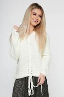 Pulover SunShine alb casual cu croi larg din material tricotat accesorizat cu snur • SunShine