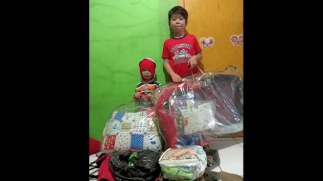 Terharu! Dua Bocah Rela Sumbang Kasur Miliknya untuk Bayi Korban Gempa