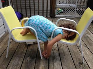 Inilah Foto Bukti jika Anak Kecil bisa Tidur Dimana saja Saat dia Sudah Dalam Keadaan Ngantuk Berat. Lucu Abis!
