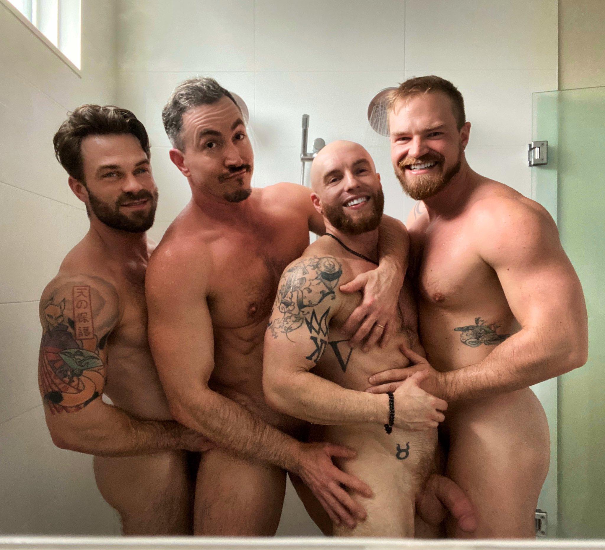 amigos desnudos en la ducha