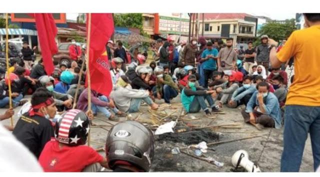 Bertepatan Kedatangan Jokowi, Beredar Video Bendera PDIP dan Kadin Dibakar Demonstran di Kendari