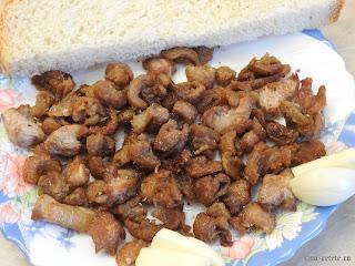 Jumari de rata cu paine si usturoi reteta de casa din grasime de rață prajita retete mancare aperitiv gustare jumara jumarele,