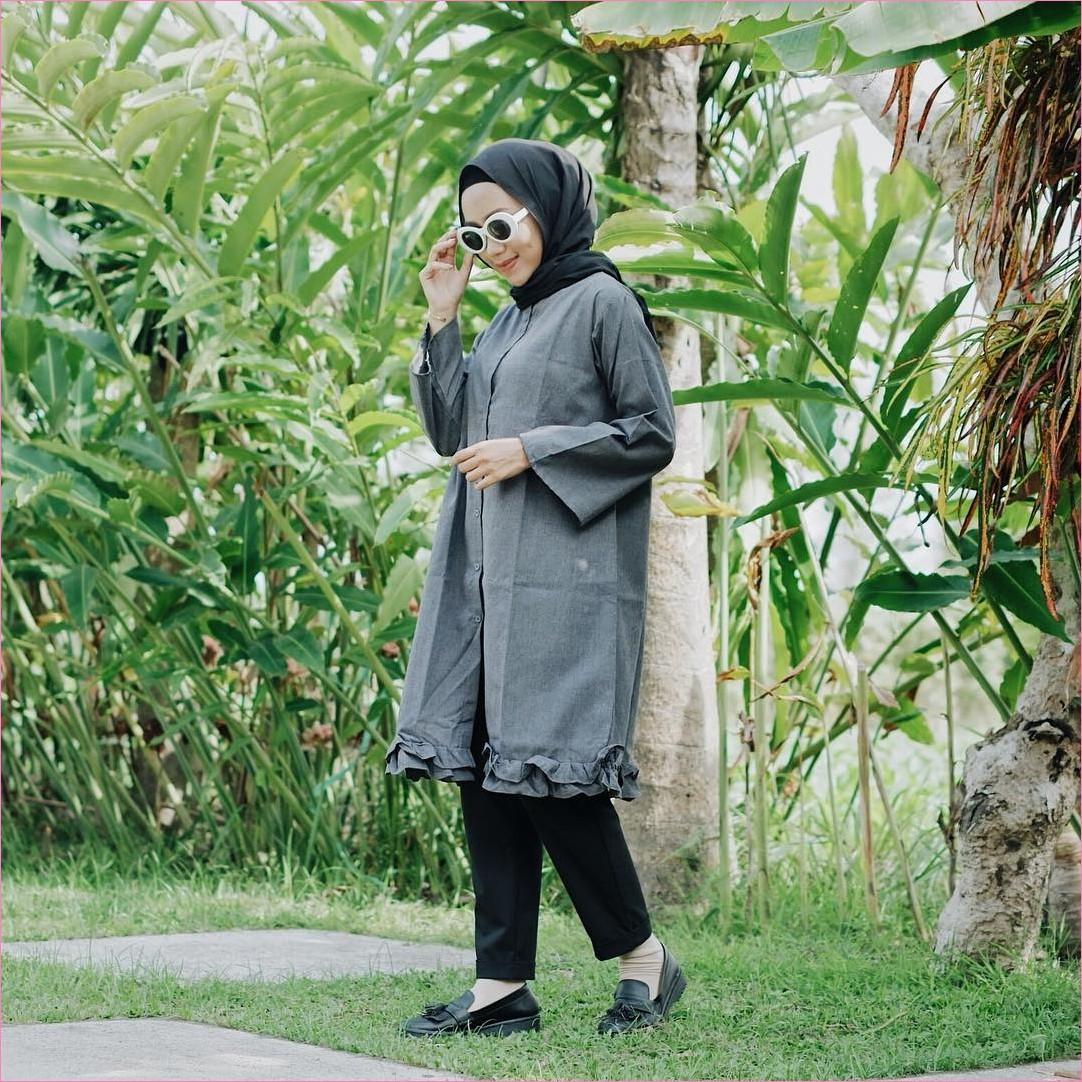 Outfit Baju Tunic Untuk Hijabers Ala Selebgram 2018 baju tunic berwarna abu celana bahan hitam flatshoes pita hijab pahmina diamond ciput rajut kacamata bulat bulat ootd trendy kekinian taman daun hijau ruput stylish