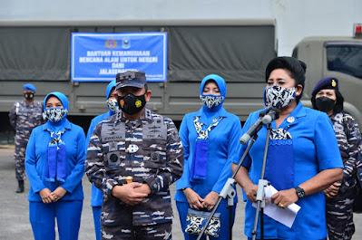Ketum  Jalasenastri  TNI AL Salurkan Bantuan Logistik  Ke Kalsel dan Sulbar