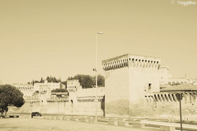 Le mura che circondano la città di Avignone