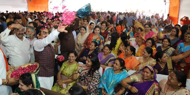 JABALPUR NEWS: सांसद राकेश सिंह ने कार्यकर्ताओं पर पुष्प वर्षा कर अभिनंदन किया