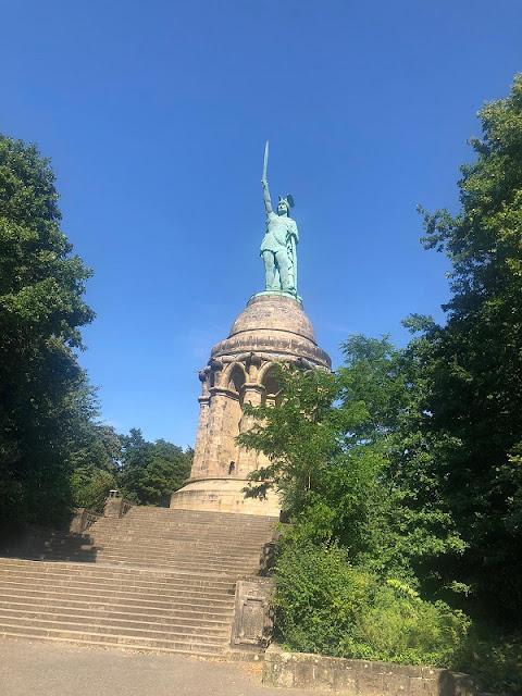 Blick auf das riesige Hermannsdenkmal in Detmold