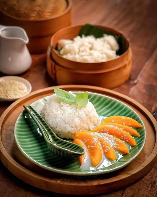 Món xôi xoài nổi tiếng của Thái Lan chắc hẳn đã nhiều người nghe tên. Món ăn được chế biến với các nguyên liệu đơn giản, nhờ sự trình bày bắt mắt nên luôn thu hút thực khách trải nghiệm. Xôi xoài gồm có phần cơm nếp, nước dừa và những lát xoài tươi tạo hương thơm tự nhiên.